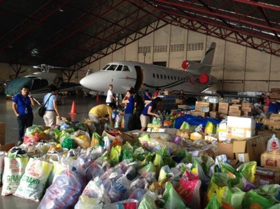 compassion-volunteer-packing-relief-goods-on-a-plane_76384_600x450